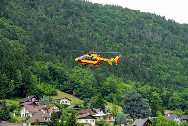 フランスアルプスの山の救助のヘリコプター