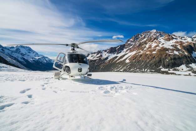 雪山に着陸するヘリコプター Premium写真