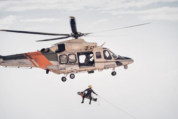 捜索救助隊のヘリコプター
