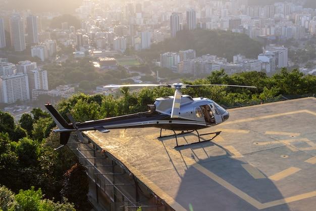Модель вертолетной белки ждет разрешения на полет в морро да урка в рио-де-жанейро