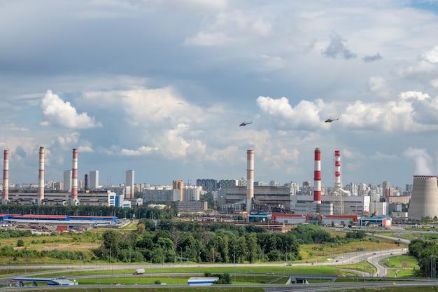 헬리콥터가 모스크바 외곽의 산업 지역을 비행합니다.