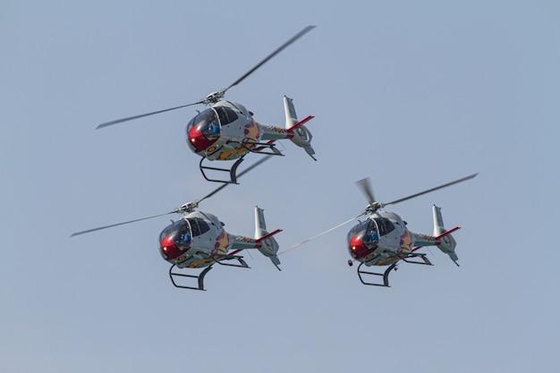 Вертолеты patrulla aspa принимают участие в выставке ко дню войск испанской армии