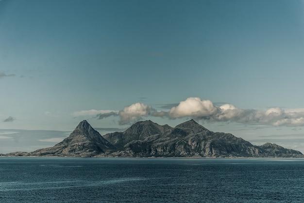 Helligvaer는 노르웨이 nordland 카운티의 bodo시의 vestfjorden에있는 섬 그룹입니다.
