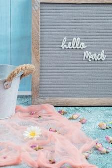 Ciao poster di marzo con sciarpa rosa e fiori in fiore intorno