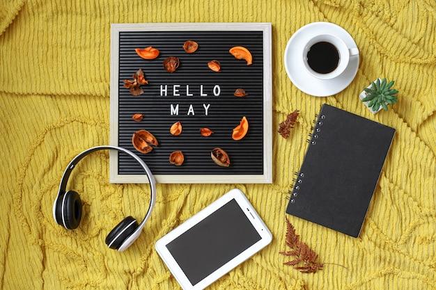 マルチメディアアクセサリーとコーヒーフラットレイのコンセプトでレターボードに書かれたこんにちはメイ
