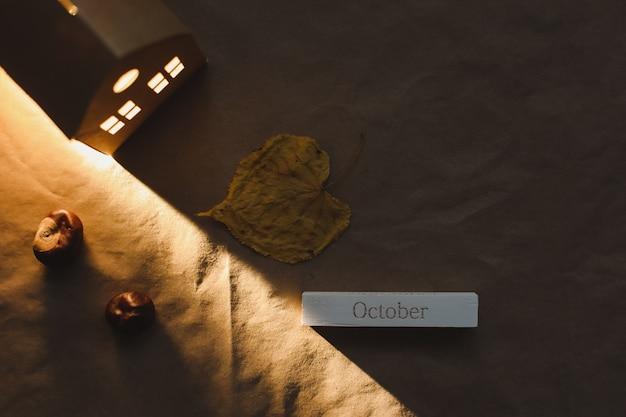 こんにちは10月秋の居心地の良い静物と装飾の上面図
