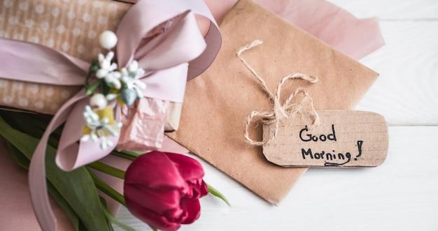 Привет весенняя бумажная бирка с цветком тюльпана Premium Фотографии