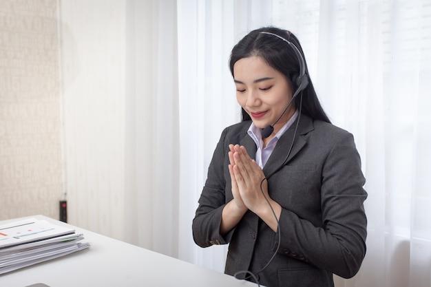 안녕하세요 반갑습니다. 사무실에서 일하는 젊은 여자 콜 센터 운영자. 서비스 데스크 컨설턴트
