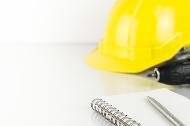 修理工事の建設のhelmentとスクリュードライバーのコピースペース