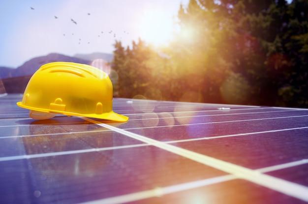 지붕에 설치된 태양 전지판 위에 헬멧