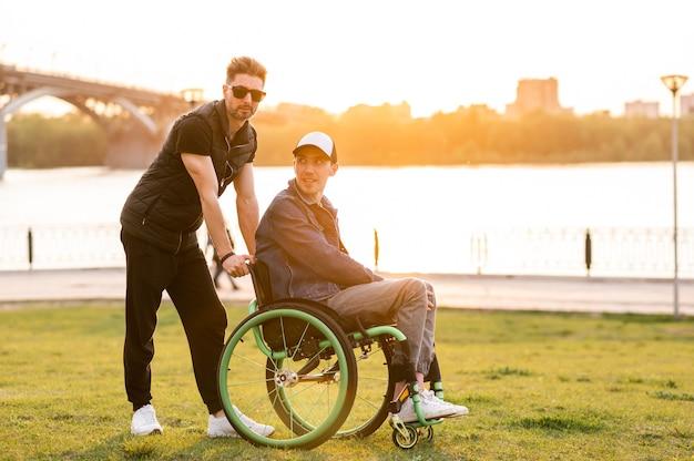 Помощь инвалидам водить инвалидную коляску и помогать другу социальные службы для населения фото высокого качества