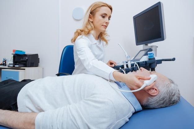超音波頭部検査を提供し、専門的な機器を使用しながら、病院で働く役立つ魅力的なポジティブ超音波検査士