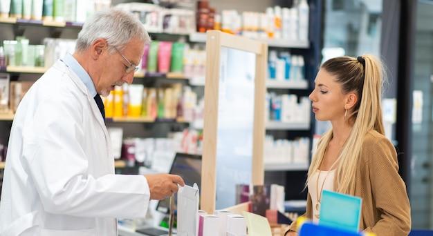 顧客に製品を提案する役立つ薬剤師