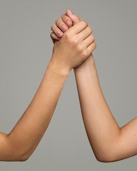 Aiuto gesto della mano per il salvataggio e il supporto