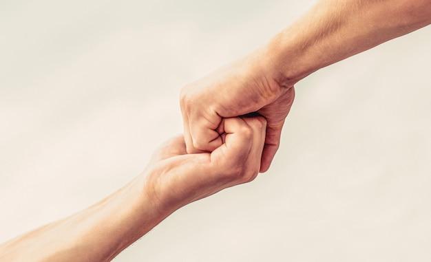 手を伸ばして助けます。フレンドリーな握手、友達の挨拶、チームワークの友情
