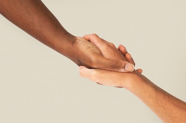 Aiutare le mani che tengono il gesto di carità