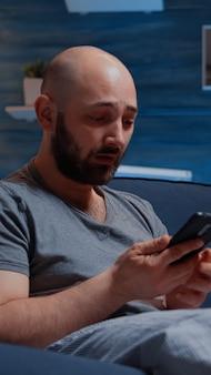 디지털 뱅킹 미지급 청구서를 읽는 무력한 좌절된 남자