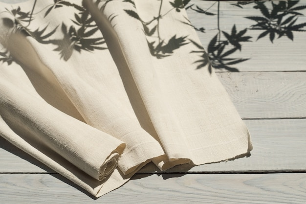 Домотканая ткань конопли на белой деревянной поверхности