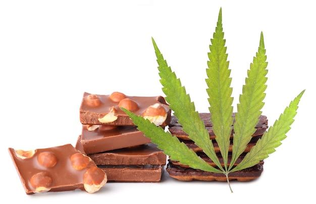 Cbd大麻を含むナッツとチョコレートの部分と麻の葉