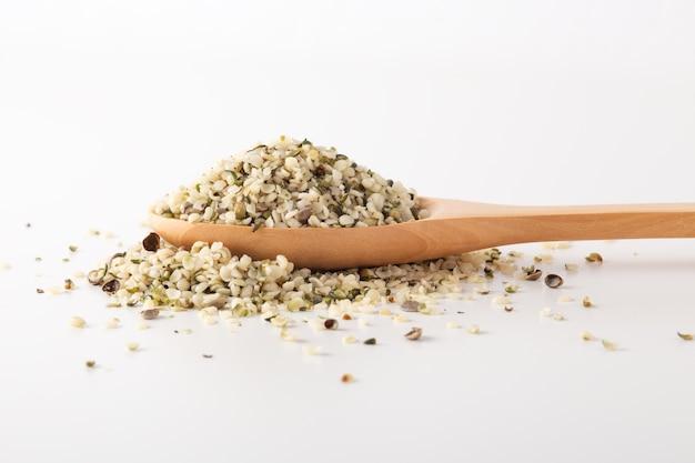 나무로되는 숟가락에 대마 씨앗