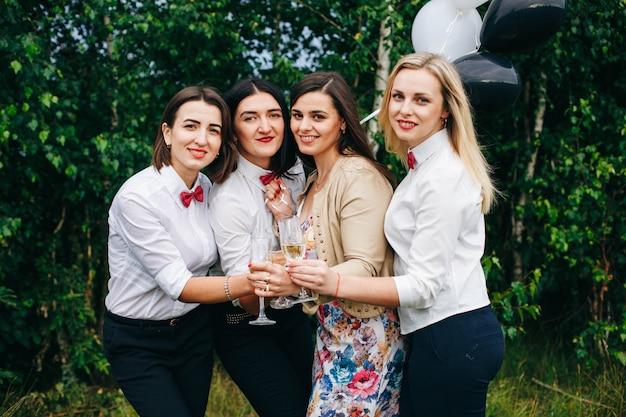 암탉 파티. 결혼식 파티. 파티에서 여자. 나이트 클럽에서 샴페인을 마시는 여자.