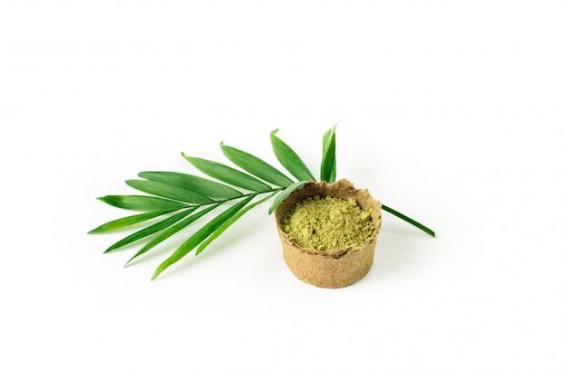 緑のヤシの葉と髪と眉毛のヘナパウダー。