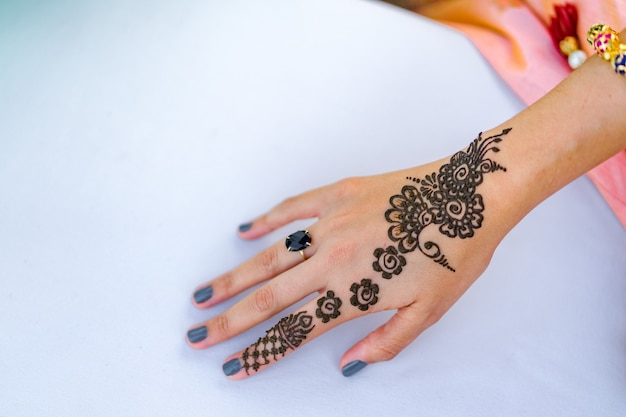 Henna tattoo for indian brides and bridesmaids
