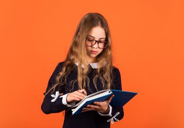 Ее первый день в школе. маленькая девочка 1 сентября. маленький ребенок делает домашнее задание 1 сентября. снова в школу. 1 сентября. день знаний. школа и образование. запускать. 1 сентября.
