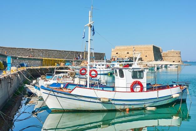 그리스의 이라클리온. 오래 된 베네치아 요새, 크레타 섬 근처 항구에서 낚시 보트