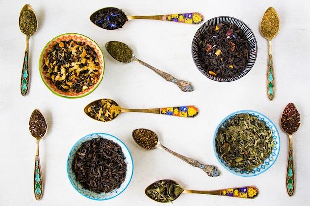 ハーブと天然のドライティーセット、お茶とヴィンテージスプーンのバリエーションとコレクション、ハイアングルビュー