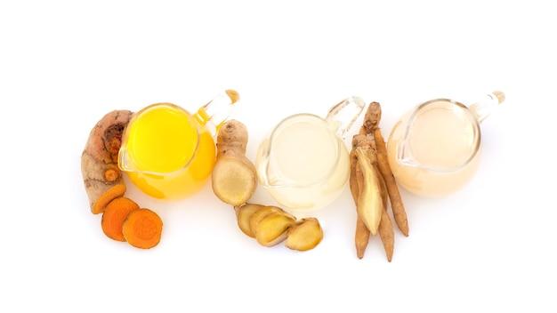 흰색 바탕에 분리된 핑거루트, 생강, 심황 레몬, 꿀을 넣은 허브 음료.