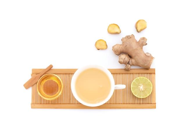 흰색 background.top 보기, 평평한 위치에 격리된 핑거루트, 레몬, 꿀이 포함된 허브 음료.