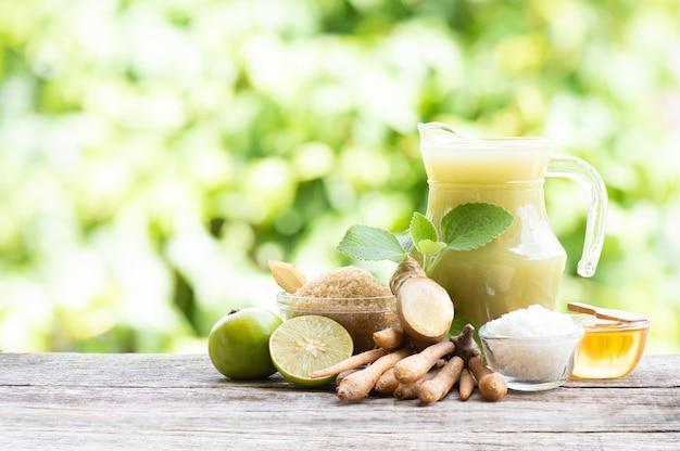 생강 뿌리, 핑거루트, 콜레우스 앰보이니쿠스 잎, 바다 소금, 갈색 설탕, 레몬, 꿀을 넣은 허브 음료.