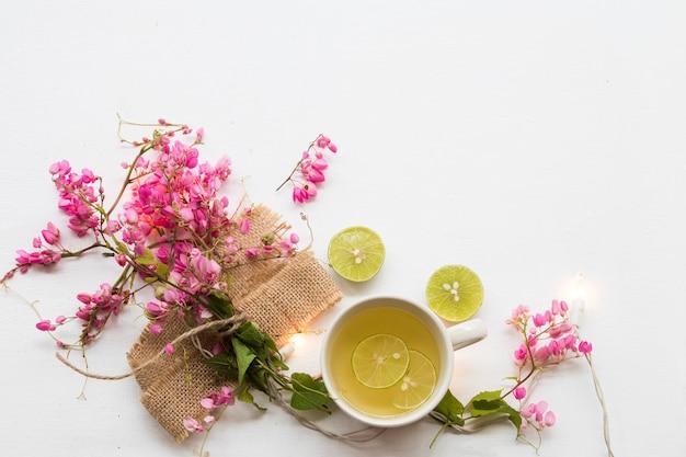 ハーブの健康飲料蜂蜜、喉の痛みのためのレモン