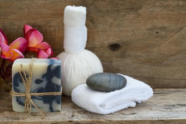 ハーブマッサージボールとインディゴソープスパアロマセラピー製品の装飾、木製のテーブルにサボテンのポット