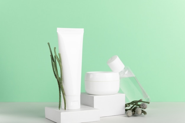 ハーブの自然化粧品の白いプラスチックの無印のボトルの構成。