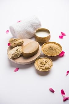 Травяная или аюрведическая маска для лица с использованием мултани митти, молока и т. д. с мылом, полотенцем. выборочный фокус