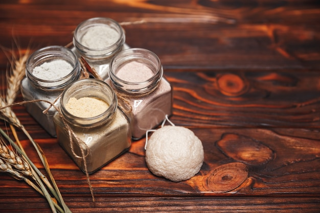 초본 유기 ubtan. 피부 관리를위한 전통적인 천연 화장품