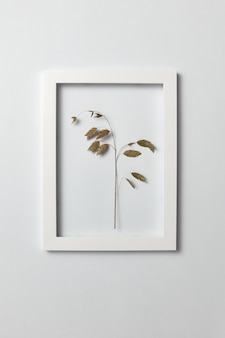 明るい灰色の壁、コピースペースの規則的なフレームに自然な緑の葉の枝を持つハーブの写真。フラットレイ。