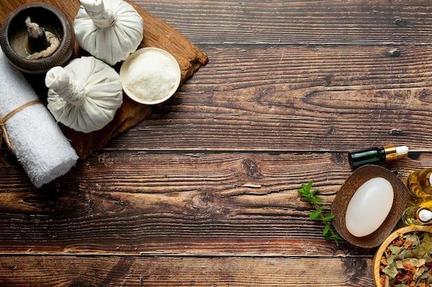 Apparecchiature per trattamenti termali a base di erbe messe sul pavimento di legno