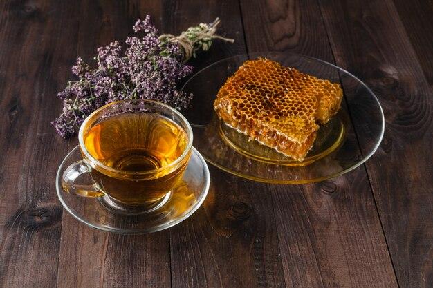 ハーブティーと蜂蜜