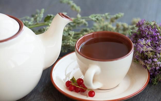 Чашка травяного чая на деревянном столе