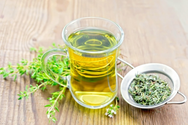 Травяной чай в стеклянной кружке тимьяна