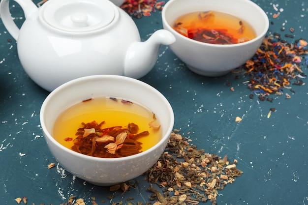 Травяной чай в чашках на деревянном