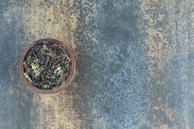 木製のボウルにハーブティーの葉。