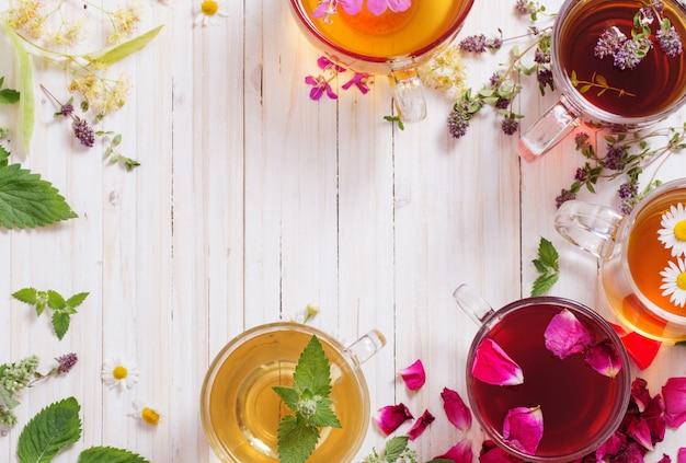 Травяной чай на белом фоне деревянные