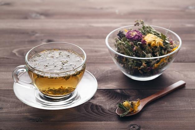 Травяной чай на деревенском деревянном столе
