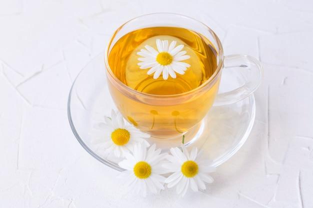 ガラスのカップにカモミールを入れたハーブティー。健康的なライフスタイル適切な栄養ビタミンと抗酸化物質