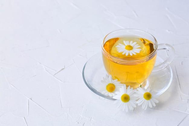 コピースペースのあるガラスカップにカモミールを入れたハーブティー健康的なライフスタイル適切な栄養ビタミンと抗酸化物質