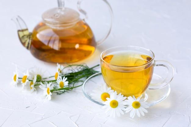 ガラスの瓶にカモミールを入れたハーブティー健康的なライフスタイル適切な栄養ビタミンと抗酸化物質